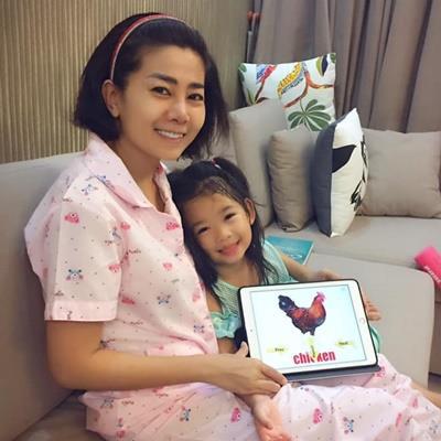 Mai Phương cập nhật tình hình sức khỏe trấn an người hâm mộ, vui vẻ dạy con gái học tiếng Anh