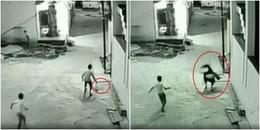 Clip: Thót tim cảnh cậu bé thoát chết khi rơi từ tầng 3 xuống đất nhờ người bạn của mình