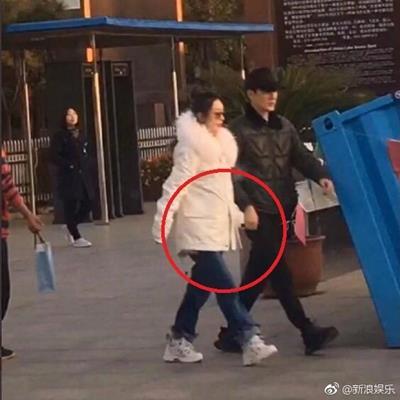 Triệu Lệ Dĩnh nắm tay chồng cùng dạo phố cực tình cảm nhưng fan chỉ để ý điều bất thường này