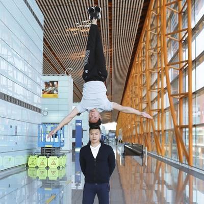 yan.vn - tin sao, ngôi sao - Quốc Cơ - Quốc Nghiệp tranh thủ giờ quá cảnh luyện động tác chồng đầu ở sân bay