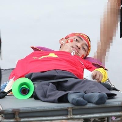 Rơi nước mắt trước hình ảnh CĐV khuyết tật nửa người vượt 350km ra Hà Nội cổ vũ đội tuyển Việt Nam