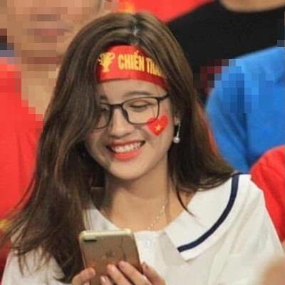 HOT: Tìm ra info 2 cô nàng CĐV xinh đẹp hot nhất trận Việt Nam - Malaysia khiến CĐM mê mẩn