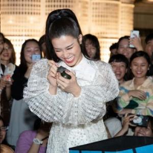 Đông Nhi được fan tổ chức sinh nhật hoành tránh trước ngày lên xe hoa