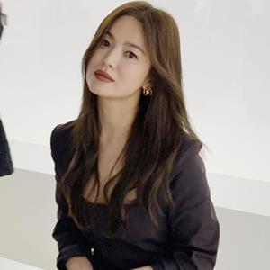 """Song Hye Kyo tái xuất, quay lại """"tóc nâu môi trầm"""" dự Milan FW 2020"""