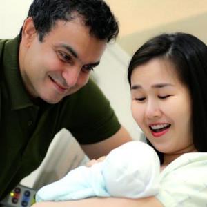 Võ Hạ Trâm lần đầu khoe cận cảnh gương mặt con gái cưng 2 tuần tuổi