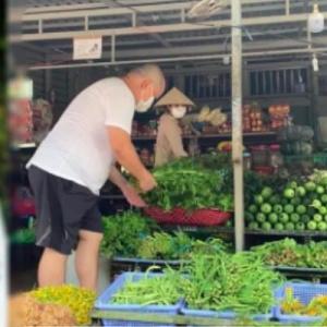 Chồng siêu mẫu Thúy Hạnh tự đi chợ khi bị mắc kẹt tại Phú Quốc