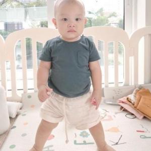 Loạt biểu cảm của Leon nhà Hà Hồ lúc tập đi đứng khi sắp tròn 1 tuổi