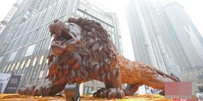 """Sự thật về sư tử gỗ khổng lồ đang khiến CĐM """"mất ăn mất ngủ"""""""