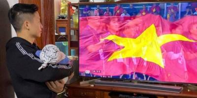 Bùi Tiến Dũng tay bế con, mắt dán vào TV theo dõi SEA Games 30