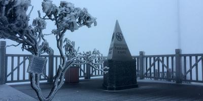 Đỉnh Fanxipan xuống dưới 0 độ C, giới trẻ rủ nhau mau chân ngắm tuyết
