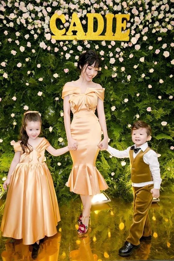 3 mẹ con diện trang phục màu vàng quý tộc. - Tin sao Viet - Tin tuc sao Viet - Scandal sao Viet - Tin tuc cua Sao - Tin cua Sao