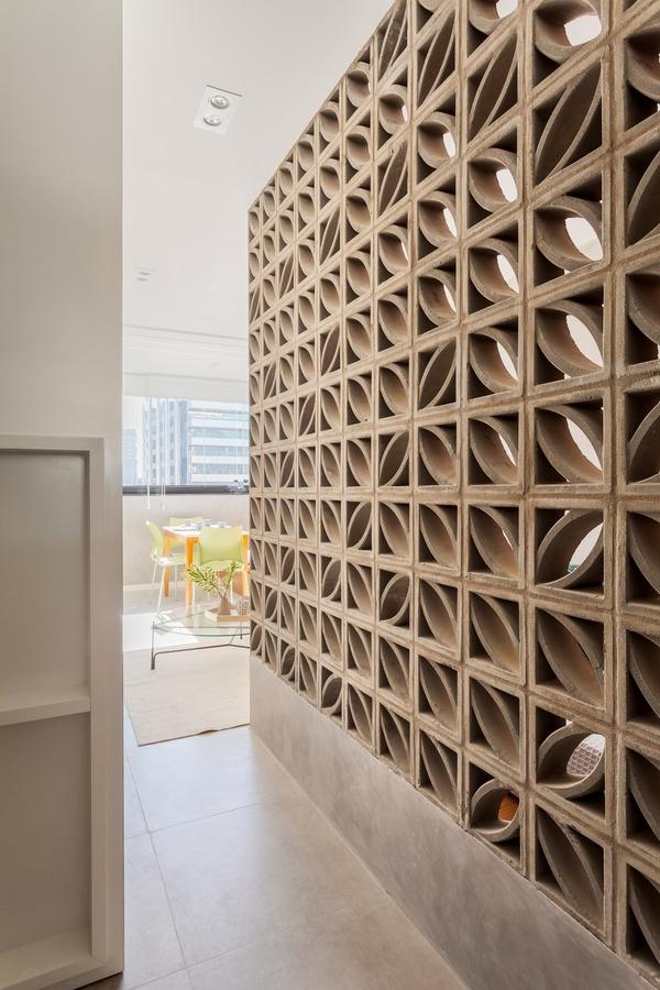 Giải pháp cho một căn hộ nhỏ thế này là hãy thiết kế một lối đi nhỏ xuyên suốt qua các không gian phòng khách, phòng ngủ, phòng tắm.