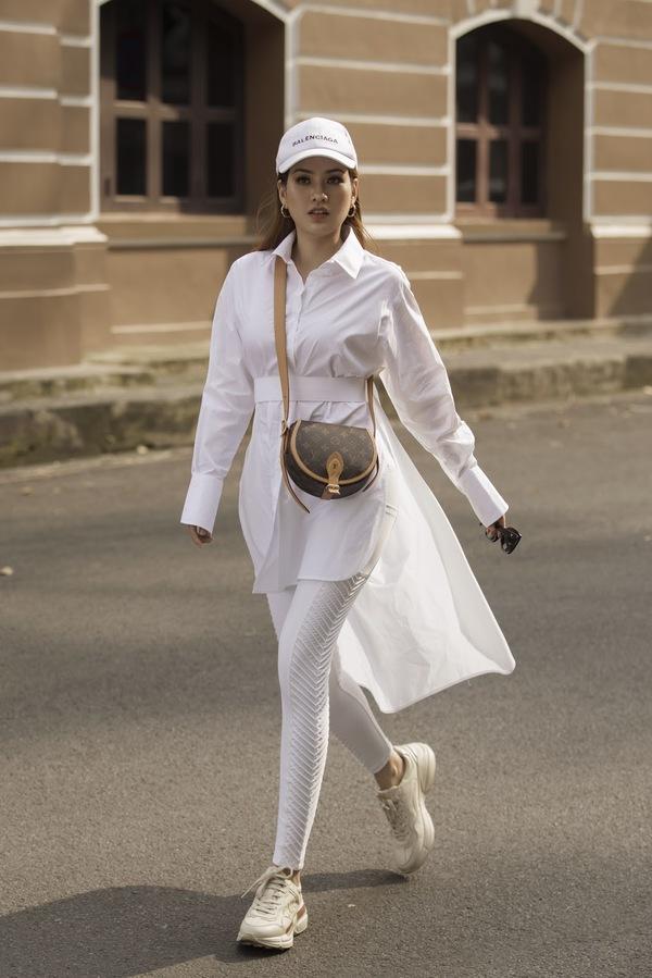 Hoa hậu Diễm Trần biến hoá phong cách khi dạo phố