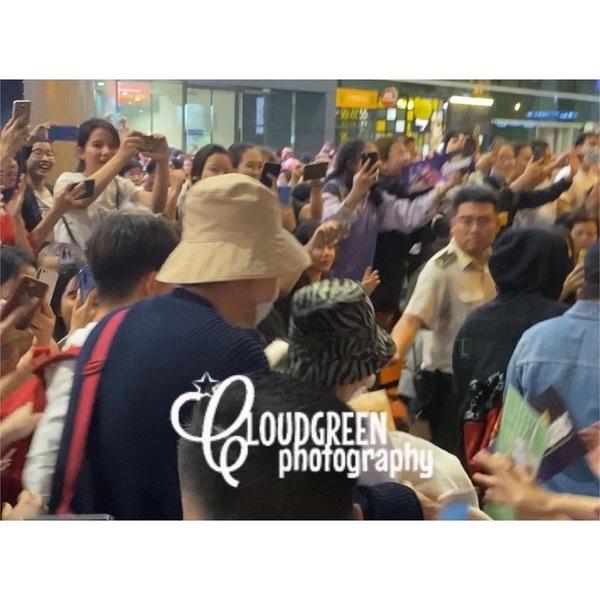 Dàn sao Running Man khó khăn thoát khỏi vòng vây của fan Việt