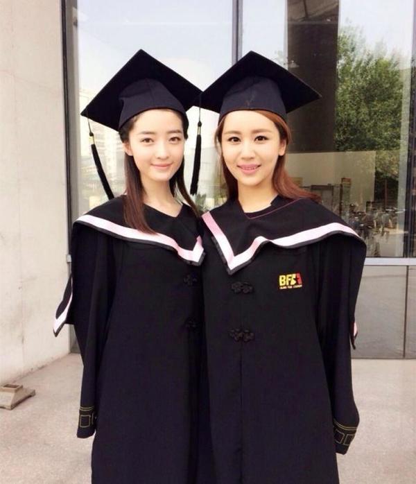 Dương Tử chụp ảnh tốt nghiệp cùng bạn học. (Ảnh: Sohu)