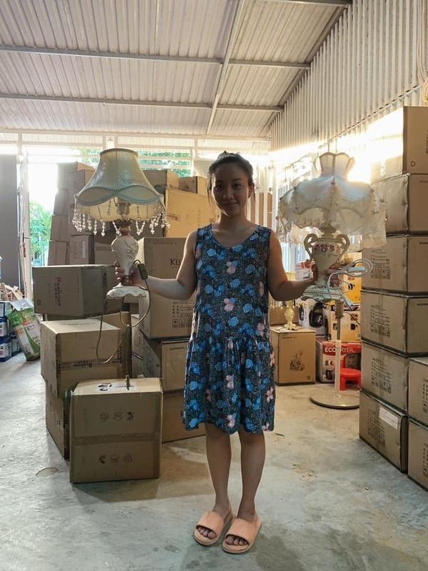 Mang thai bụng lớn nhưng Quỳnh Quỳnh vẫn làm việc chăm chỉ. (Ảnh: FBNV) - Tin sao Viet - Tin tuc sao Viet - Scandal sao Viet - Tin tuc cua Sao - Tin cua Sao