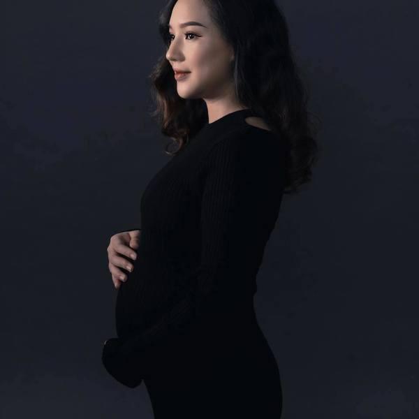 Cô cũng diện váy đen ôm ghi lại bộ ảnh trước ngày lâm bồn (Ảnh: FBNV) - Tin sao Viet - Tin tuc sao Viet - Scandal sao Viet - Tin tuc cua Sao - Tin cua Sao