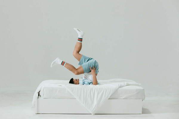 Trọng Hiếu giữ thăng bằng trên giường (Ảnh: NVCC)