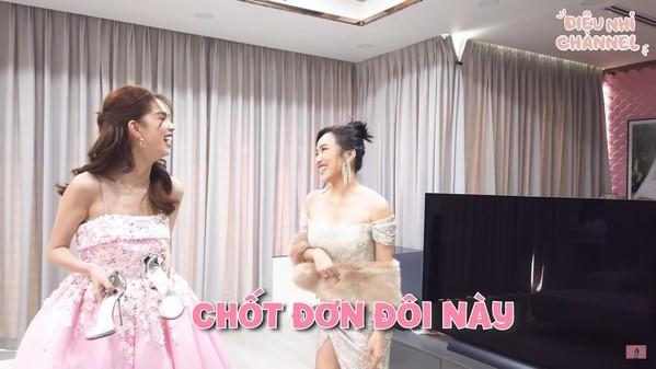 Cặp sao phá lên cười khi Diệu Nhi muốn xin đôi giày hơn 150 triệu của Ngọc Trinh. (Ảnh: Chụp màn hình)