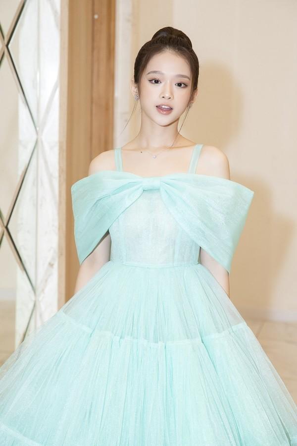 Linh Ka xinh đẹp với chiếc váy xanh điểm nhấn nơ trước ngực, thời gian gần đây hot girl Hà Thành trở thành gương mặt quen thuộc trên thảm đỏ các show thời trang.