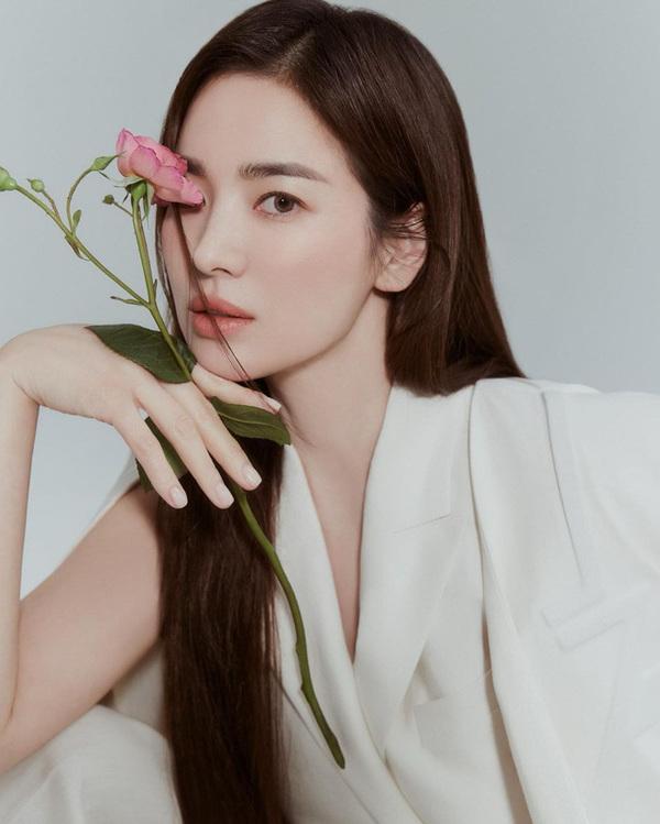 """Nối gót Song Joong Ki, Song Hye Kyo cũng trở lại màn ảnh nhỏ: Đạo diễn của """"Vì sao đưa anh đến"""" thì đáng mong chờ đấy! - Ảnh 1."""