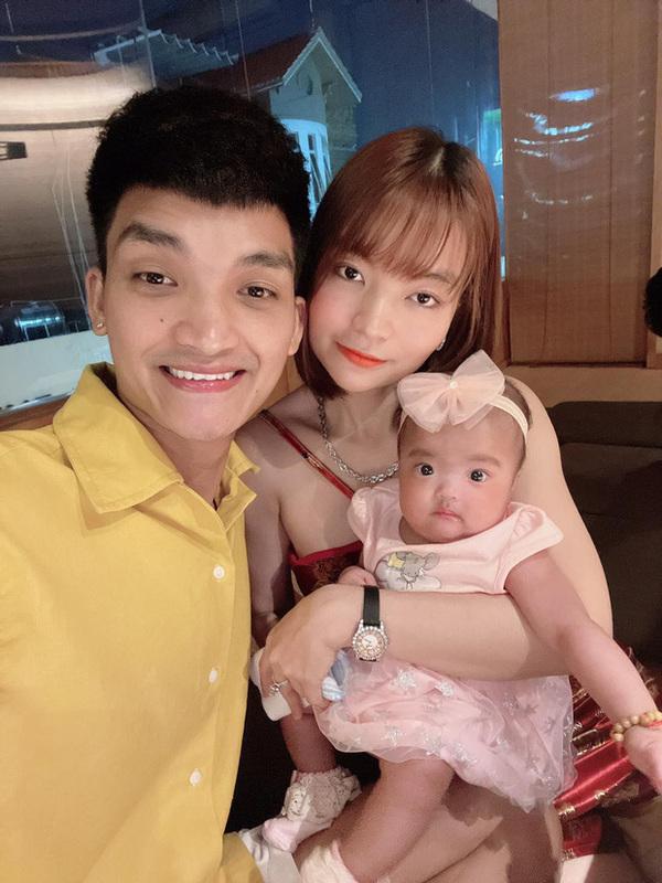 Mạc Văn Khoa khoe ảnh gia đình hạnh phúc, netizen xỉu up xỉu down với gương mặt tấu hài của cô con gái - Ảnh 3.