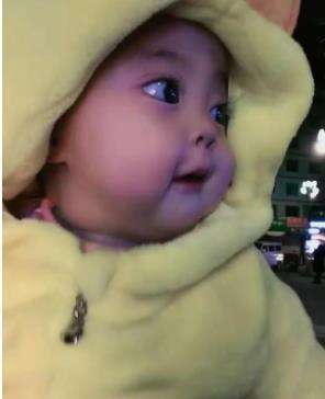 Phản ứng của bé khi nhìn thấy mẹ tan làm. (Ảnh: Nanmuxuan)
