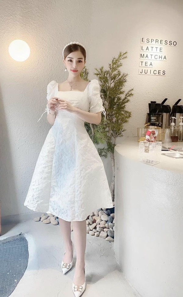 A person wearing a white dress      Description automatically generated with medium confidence