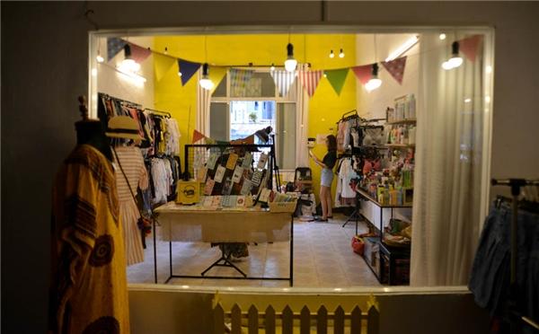 Những người chủ đã đầu tư rất nhiều thời gian, tiền bạc trang trí cho hàng quán, cửa hàng thời trang ở đây. (Ảnh: Vietnamnet)