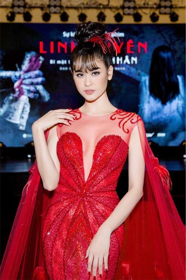 Trương Quỳnh Anh rực rỡ, tỏa sáng trên thảm đỏ giới thiệu bộ phim do cô thủ vai chính. Bộ váy đuôi cá ôm sát khoe đường cong càng trở nên ấn tượng với áo choàng cape đính lông vũ cầu kì.