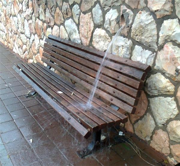 Thiết kế đường ống nước sai hay thiết kế băng ghế sai vị trí?