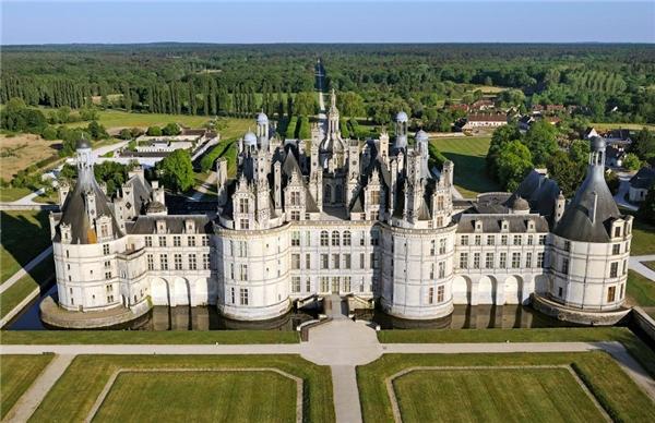 Lâu đài Chateau de Chambord ở thung lũng Loire chính là nguồn cảm hứng cho tòa lâu đài của Quái vật.