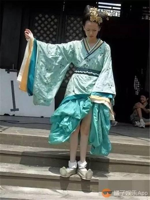 Những ngày oi bức thế này đã khiến nam thanh nữ tú không thể nào giữ vững hình tượng quần áo xinh đẹp, chỉnh tề trước mặt công chúng được nữa.