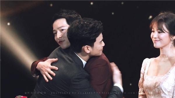 """Song Hye Kyođứng bên cạnh bỗng vô tình trở thành """"nữ phụ đam mĩ"""" làm khán giả """"dở khóc dở cười""""."""