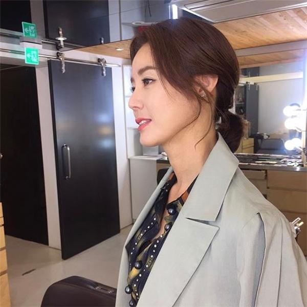 Kim Sung Ryung vẫn giữ được thần sắc tươi trẻnhư thuở đôi mươi.