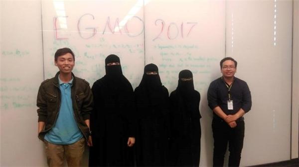 Thế Hoàn (bên trái) trong một buổi giảngdạy đội tuyển Toán học quốc tế tại Ả Rập.