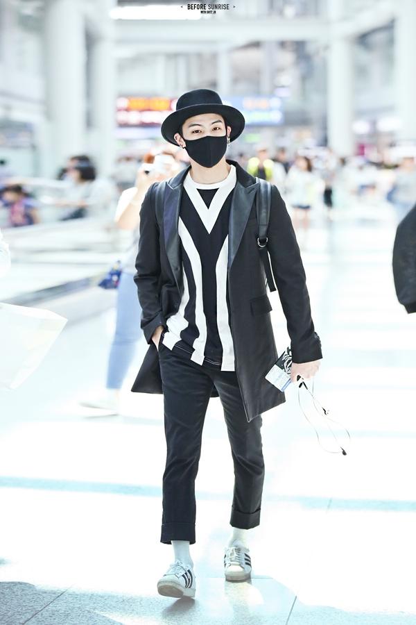 JB (GOT7)rất ra dáng của một leader, hơn nữa anh lại còn rất thời trangtại sân bay.