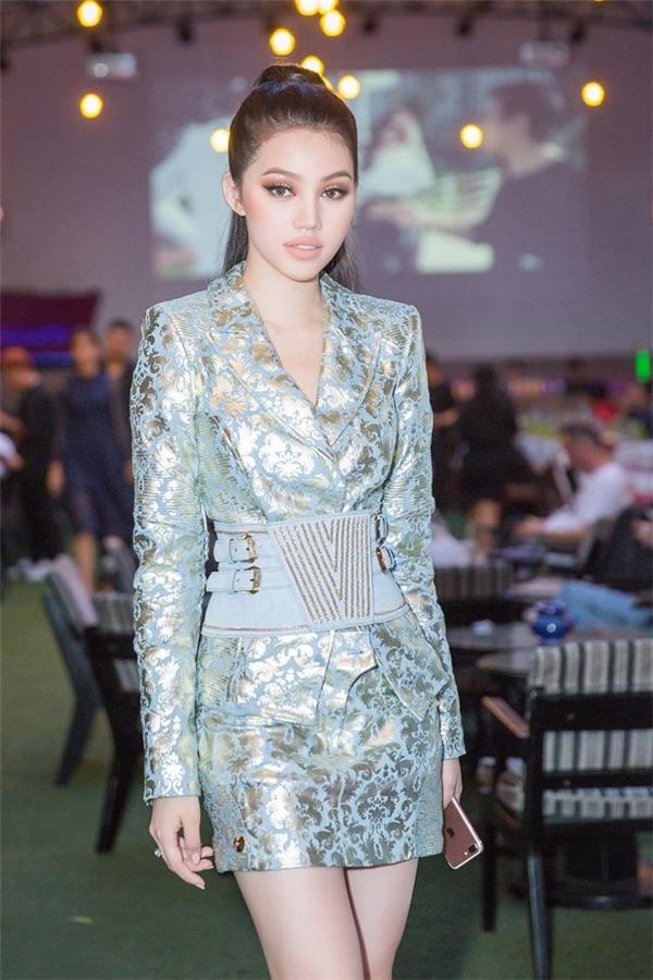 Hoa hậu Thế giới người Việt tại Úc 2015 Jolie Nguyễn toả sáng với hai bộ cánh mang phong cách khác nhau: một nữ tính, ngọt ngào; một cá tính, trẻ trung. Tông màu xanh phù hợp với nước da trắng của người đẹp 9X.