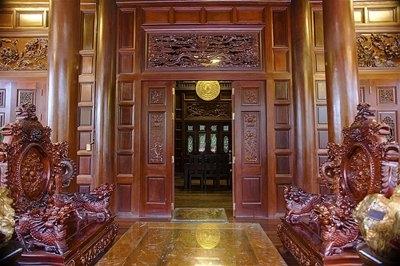 Những vật liệu bên trong ngôi nhà hoàn toàn đều làm bằng gỗ quý hiếm.  Đôi bìnhbằng gỗ Ngọc Am, loại gỗ cực kỳ quý hiếm. Theo giới thiệu của BQL, đây là đôi lục bình gỗ Ngọc Am có kích thước lớn nhất tại Việt Nam.