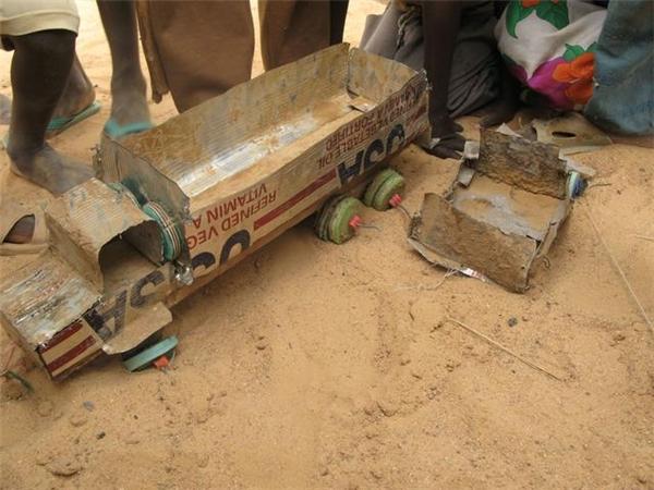 Biết niềm vui của trẻ em châu Phi đơn giản thế này, bạn có xót xa?