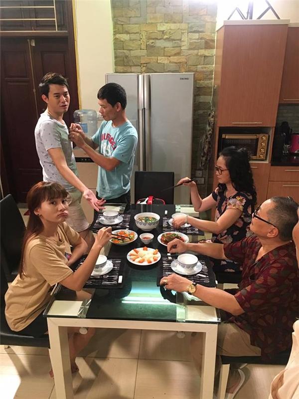 Bữa cơm gia đình ngoài đời lúc nào cũng rộn ràng chứ không căng thẳng như cuộc chiến trên phim. - Tin sao Viet - Tin tuc sao Viet - Scandal sao Viet - Tin tuc cua Sao - Tin cua Sao