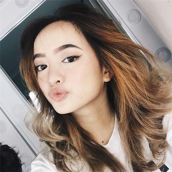 """Cô nàng """"Em chưa 18"""" -Kaity Nguyễn vẫn gây xốt xình xịch dẫu sở hữu một gương mặt tròn đầy."""