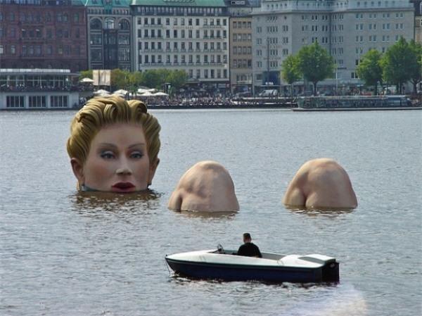 Một phụ nữ khổng lồ ngâm mình giữa sông ở Đức.
