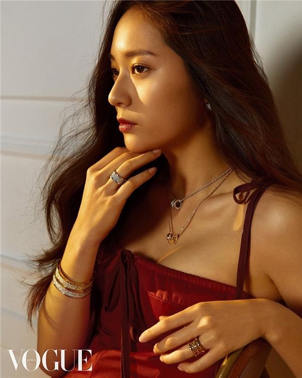 """Mặc dù hiện tại Krystal không có nhiều hoạt động tại Trung Quốc nhưng nhờ danh tiếng của bản thân tạo dựngqua các bộ phim truyền hình, điện ảnh cùng với ngoại hình """"được lòng"""" dân đại lụcmà cô đã đứng đầu về độ nổi tiếng của nghệ sĩ nữ Hàn Quốctại đây."""