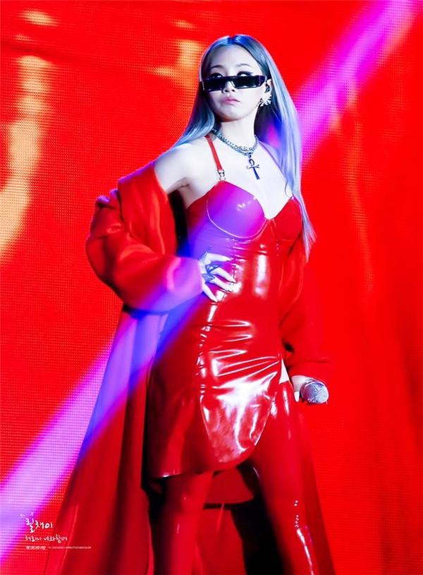 Một số hình ảnh ấn tượng khác của thủ lĩnh 2NE1 trong đêm diễn của G-Dragon.