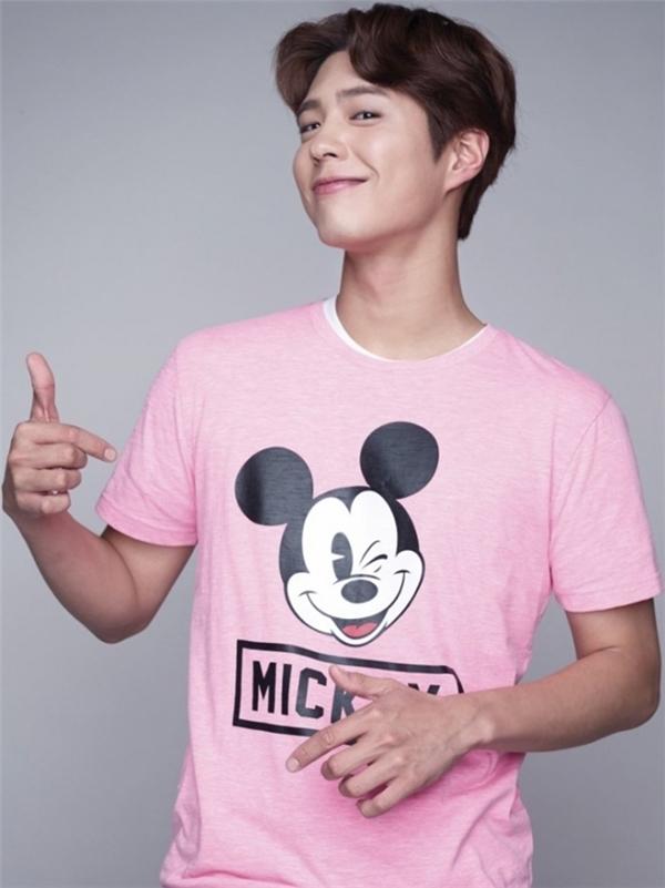 T-shirt hồng in ình Mickey chỉ kiến anh chàng trông đáng yêu hơn mà thôi.
