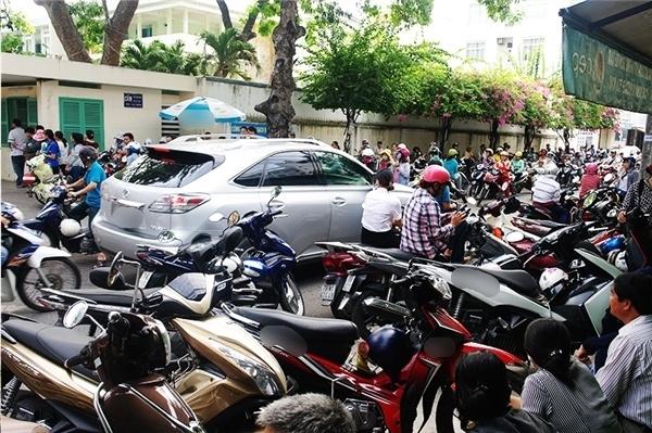Giao thông gần như tê liệt trên tuyến đường chạy ngang qua trường THPT Nguyễn Văn Trỗi, Nha Trang. (Ảnh: Duy Anh)