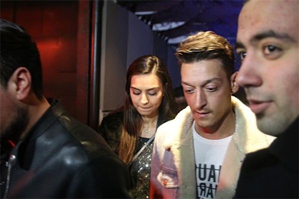 Ozil và Gulse đi cùng nhau tới London và Istanbul.