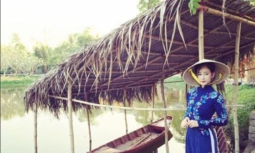 Dù đến từ xứ sở kim chinhưng khi diện áo dài truyền thống cùng nón lá, cô nàngvẫn đẹp dịu dàng, duyên dáng khiến fan Việt mê đắm.