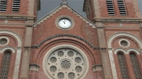 Đồng hồ nhìn từ mặt trước nhà thờ.